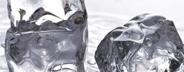 水晶のような透明度の高い見た目にも美しい氷です
